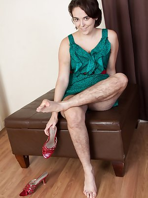 In her beautiful green dress and heels, Harley shows off her hairy legs. Showing off her feet and hairy pits makes her excited, and its her hairy pussy. Sexy feet play leads to tugging on her pink pussy.