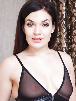 Hannah Vivienne strips off her sexy black lingerie