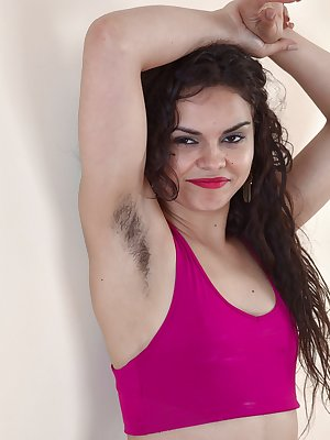 Dark haired amateur pulls down her leggings to expose her hairy muff