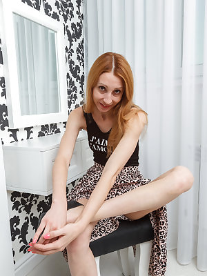 Kler plays with her mature pussy while moaning and undulating in hot scenes
