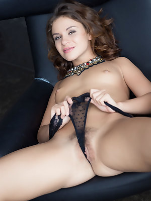 Teen babe with tiny tits and nice ass baring hairy pussy for glamour photos